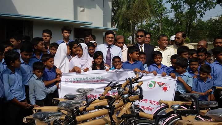 2016-11-24 MTB distributes 50 bi-cycles among the meritorious students of khulna (1)